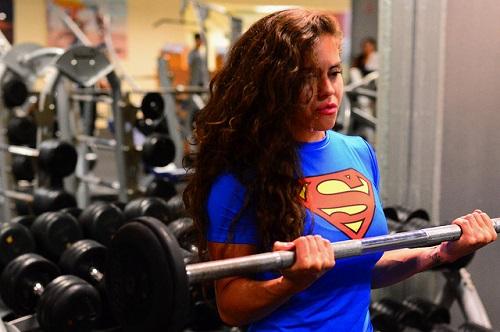 come-avere-muscoli-da-superman-senza-toccare-un-peso