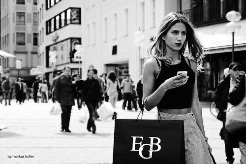 Quel periodo del mese in cui le donne cercano fidanzato o fanno shopping
