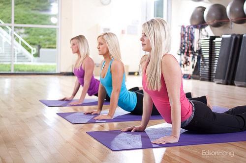 Come ritrovare il buonumore ed esser più sereni con lo yoga